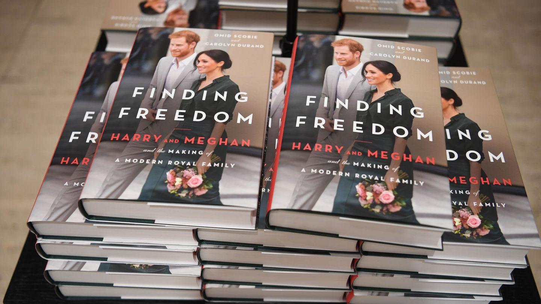 El libro sobre Meghan y Harry, a la venta en una librería. (EFE)