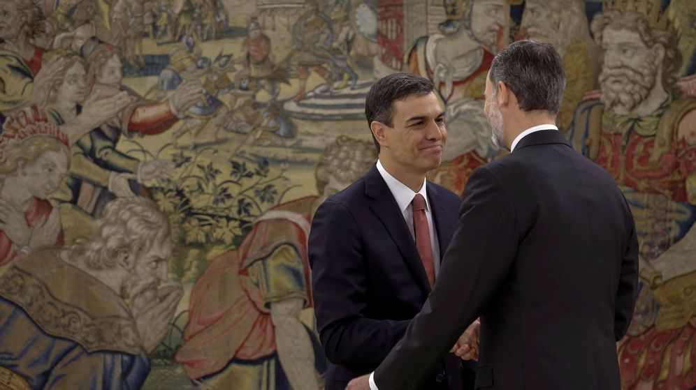 Foto: El nuevo presidente del Gobierno, Pedro Sánchez, saluda al Rey. (EFE)