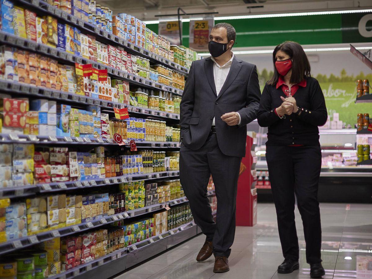 Foto: José Francisco Muñoz pasea con una empleada en una tienda de Covirán. (Cedida)