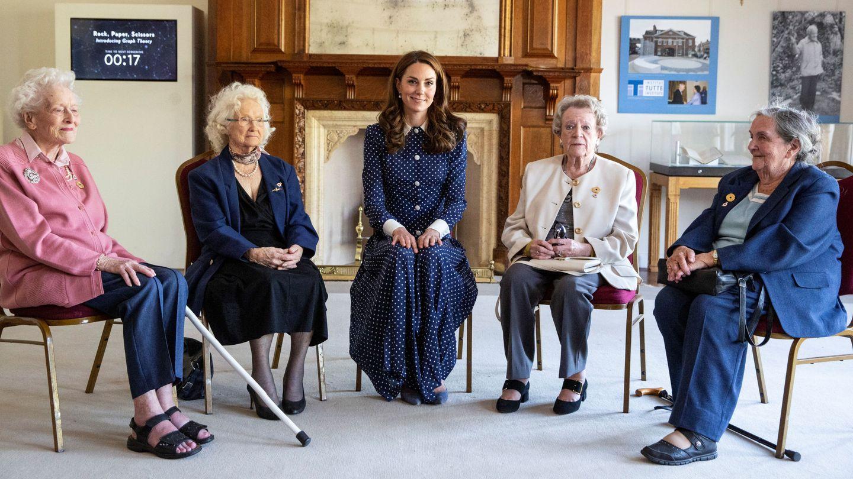 La duquesa, con varias veteranas de Bletchley Park. (Reuters)