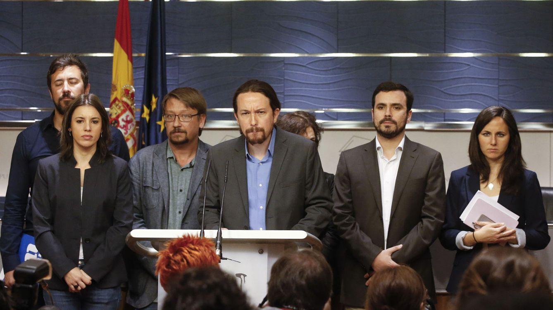 Foto: Pablo Iglesias, rodeado de los portavoces de Podemos, IU, En Comú Podem y En Marea, este 27 de abril en el Congreso. (EFE)