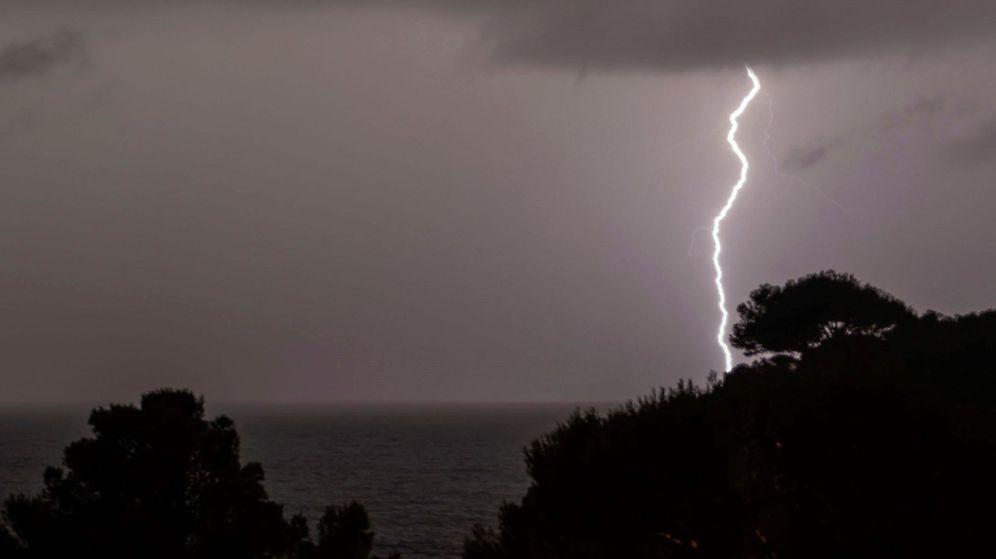 Foto: Vista de un rayo esta madrugada en Mallorca. (EFE)
