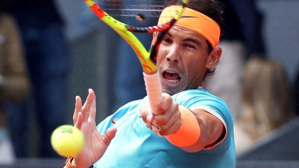 Foto: Rafael Nadal dando a la bola ante Felix Auger-Aliassime. (EFE)