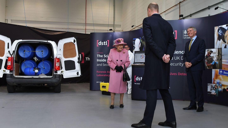El príncipe Guillermo, de espaldas frente a la reina Isabel. (Reuters)