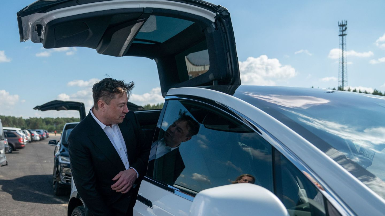 Elon Musk, subiéndose a un Tesla. (Reuters)