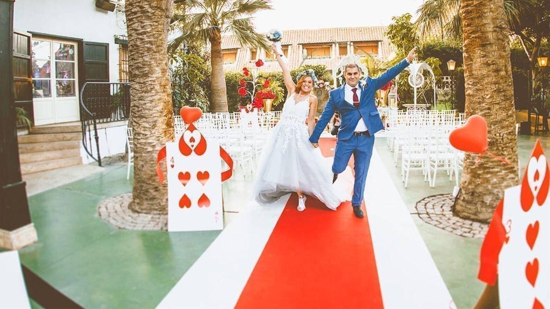 Pareja de novios en una boda inspirada en 'Alicia en el País de las Maravillas'. (Fotografía de @paquirodriguezfotografia)
