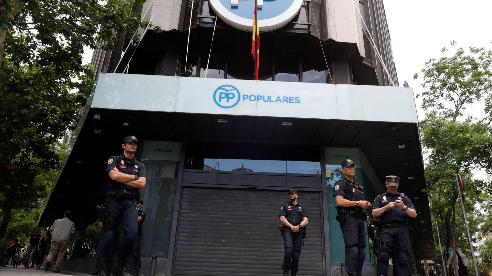 Foto: Policías custodian la sede nacional del Partido Popular. (EFE)