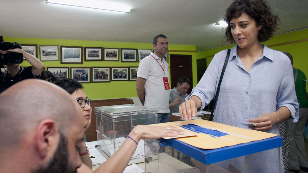 Foto: Una mujer vota en Pontevedrea. (Efe)