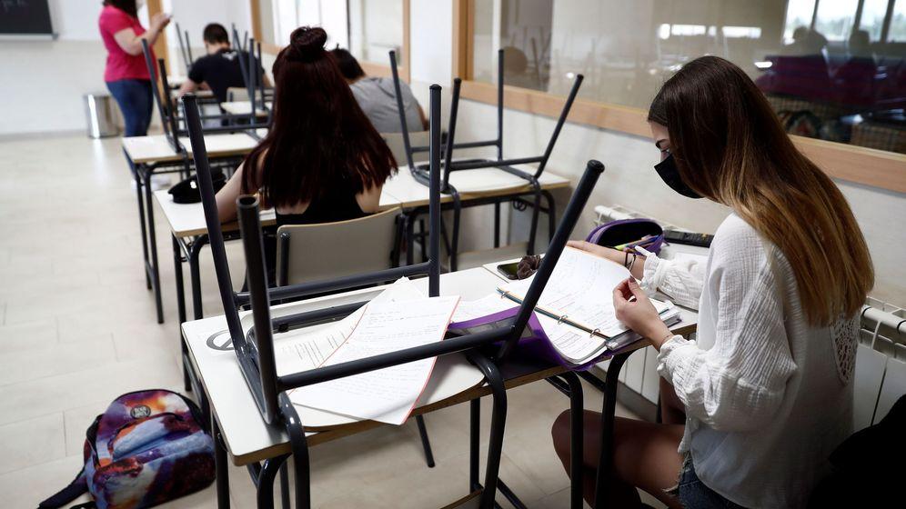 Foto: Varios estudiantes, en un aula en el IES Simone Veil de Paracuellos del Jarama. (EFE)