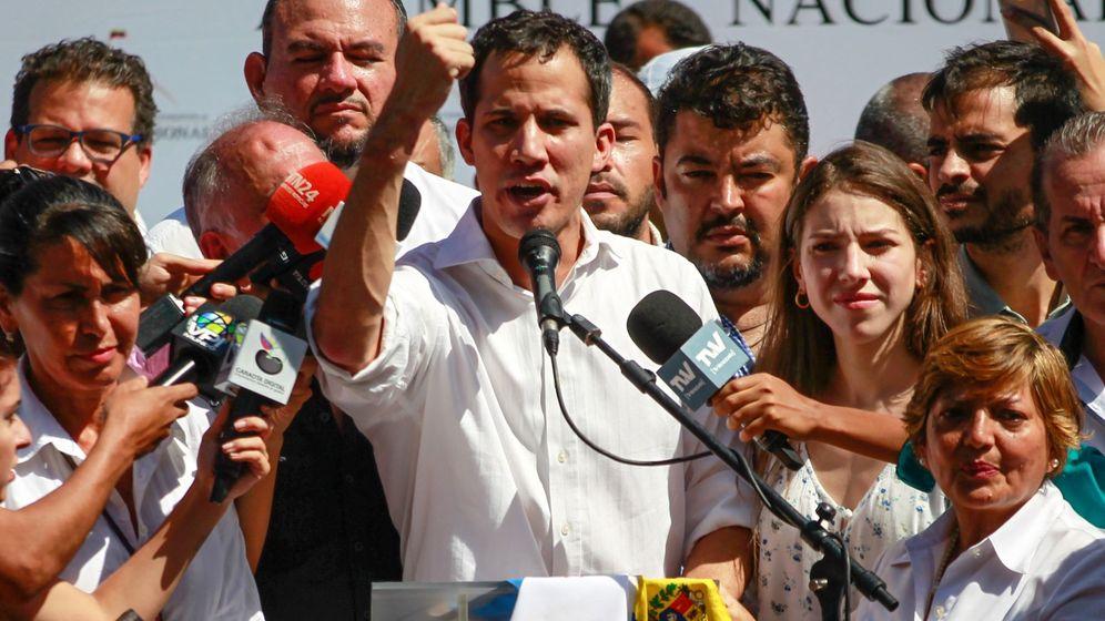 Foto: El presidente de la Asamblea Nacional, el opositor Juan Guaidó, habla durante un cabildo abierto en Caraballeda. (EFE)