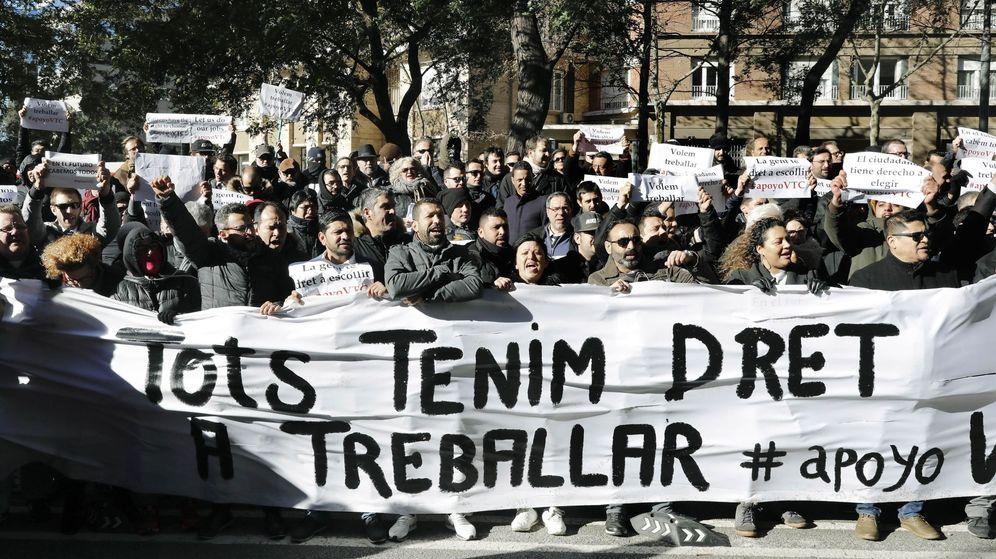 Foto: Varios centenares de conductores de vehículos de alquiler con conductor (VTC) se manifiestan en Barcelona. (EFE)