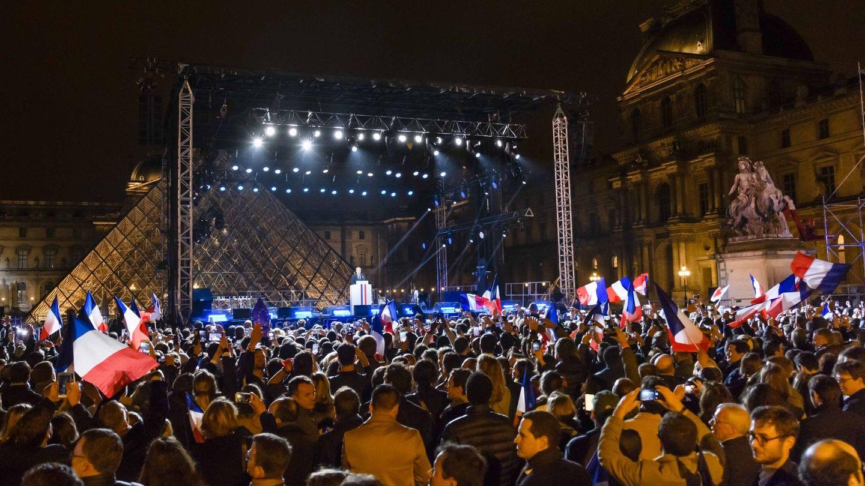 Seguidores de Macron escuchan el discurso del nuevo presidente de Francia en la explanada del Louvre. (Reuters)