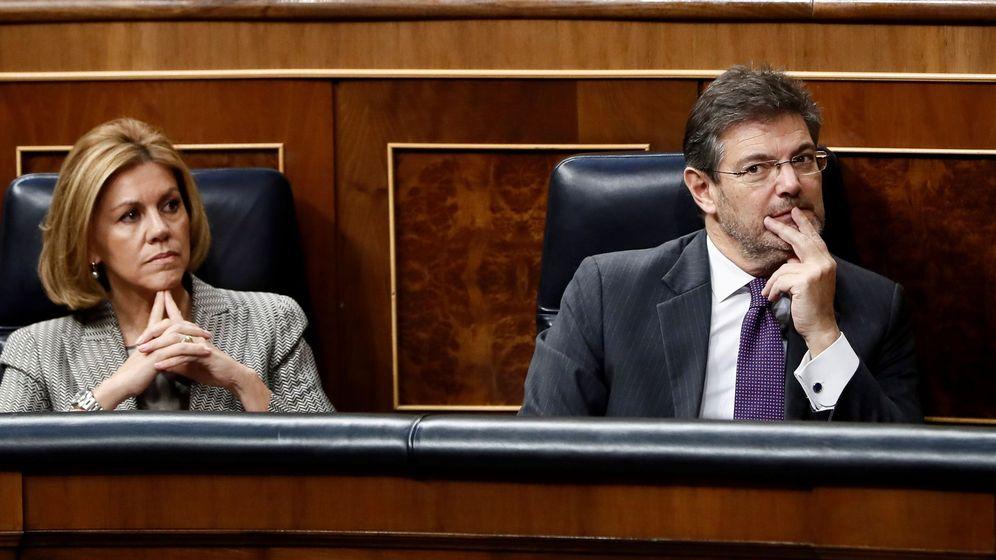 Foto: El ministro de Justicia, Rafael Catalá, y la ministra de Defensa, María Dolores de Cospedal, en el pleno del Congreso que debatió este jueves sobre la PPR. (EFE)