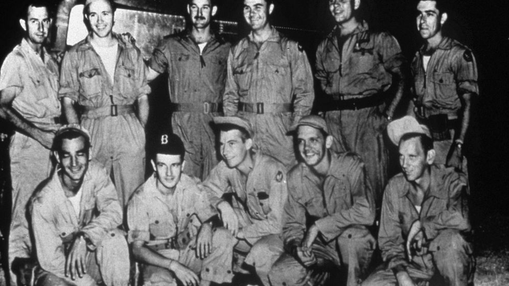 Foto: La tripulación del Enola Gay, antes de partir. (Cordon Press)