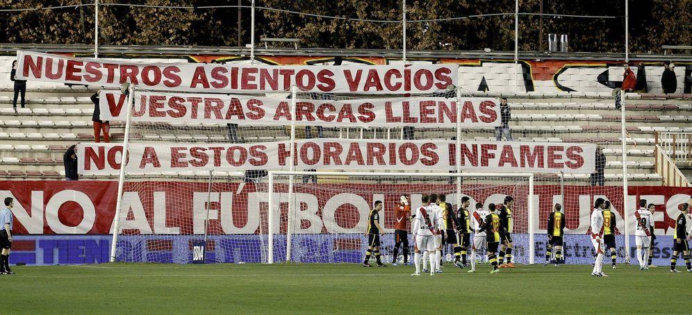 Foto: Aficionados muestran pancartas en las gradas de Vallecas durante un partido de Liga. (EFE)