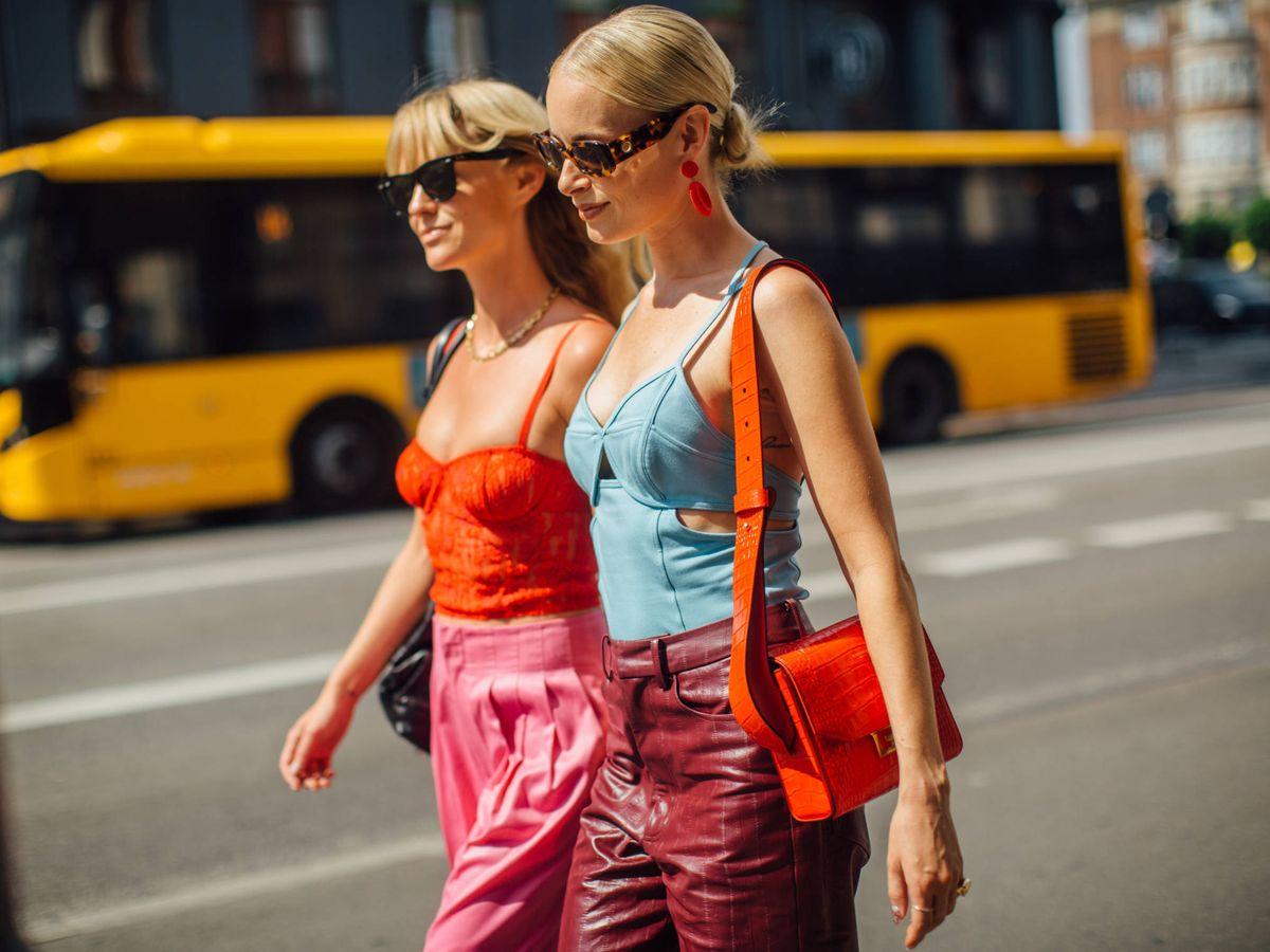 Foto: El street style decreta los bolsos bandolera un must de este año. (Imaxtree)