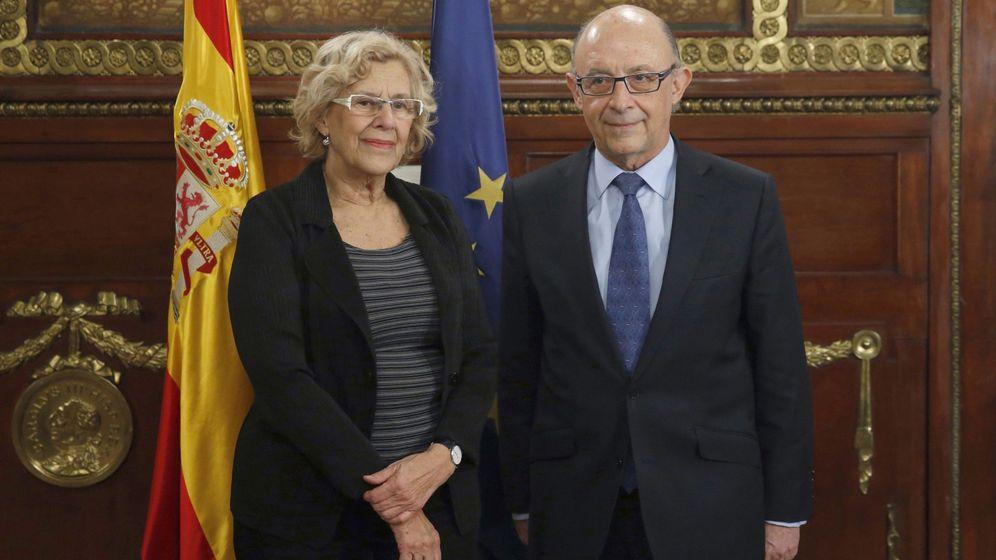 Foto: La alcaldesa de Madrid, Manuela Carmena, y el ministro de Hacienda, Cristóbal Montoro, reunidos en el ministerio. (EFE)
