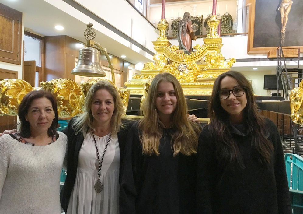 Foto: Inmaculada, Adela, Adeli y Sole, en el salón de tronos de la Congregación de Mena de Málaga.
