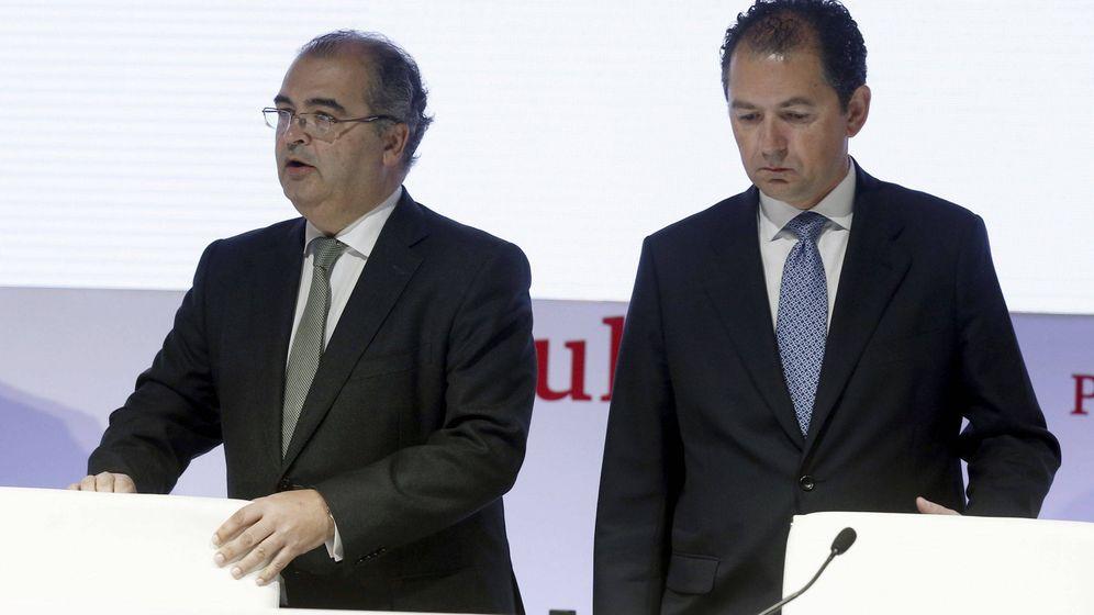 Foto: Ángel Ron y Francisco Gómez, exdirectivos del Popular en 2016 (Efe)