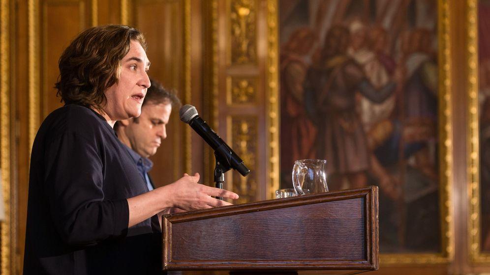 Foto: La alcaldesa de Barcelona, Ada Colau, acompañada por el teniente de alcaldía, Jaume Asens. (EFE)
