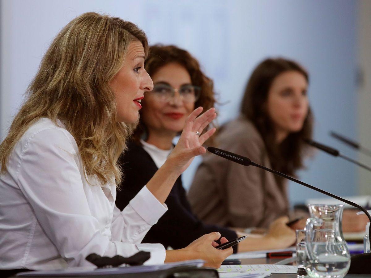 Foto: Las ministras Díaz (Trabajo), Montero (Hacienda) y Montero (Igualdad), tras el Consejo de Ministros. (EFE)