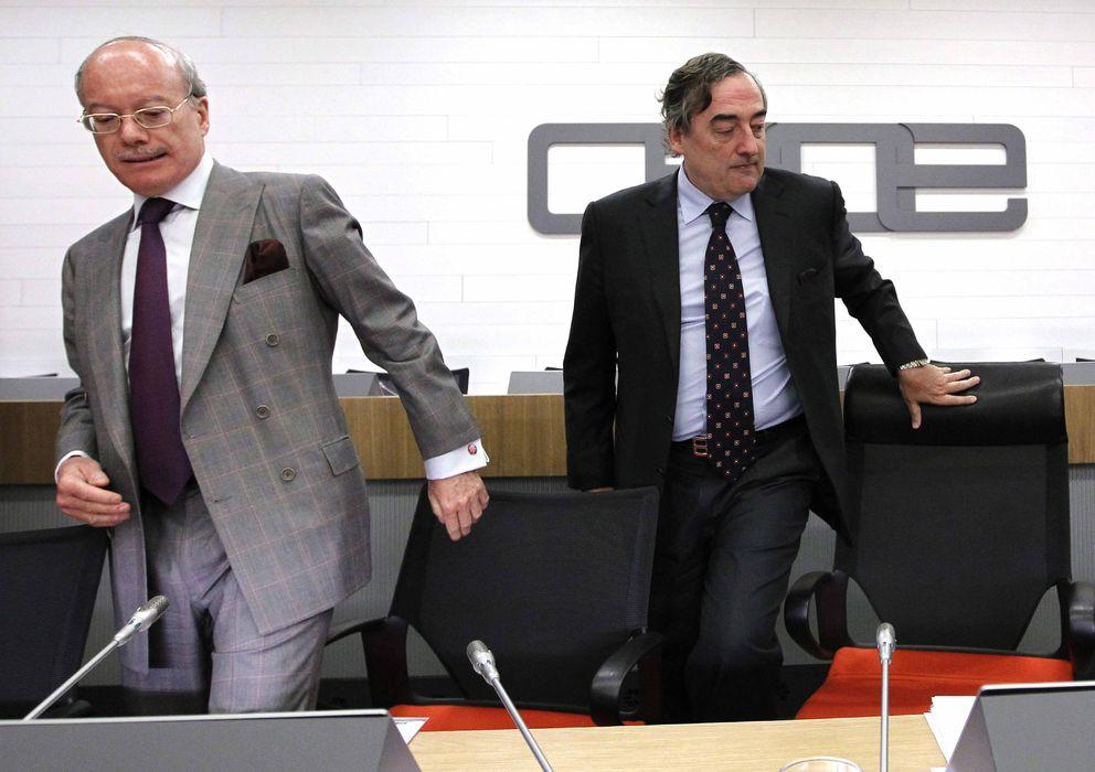 Foto: El presidente de la CEOE, Juan Rosell (d), y el responsable de la Comisión de Economía de la patronal, José Luis Feito. (EFE)