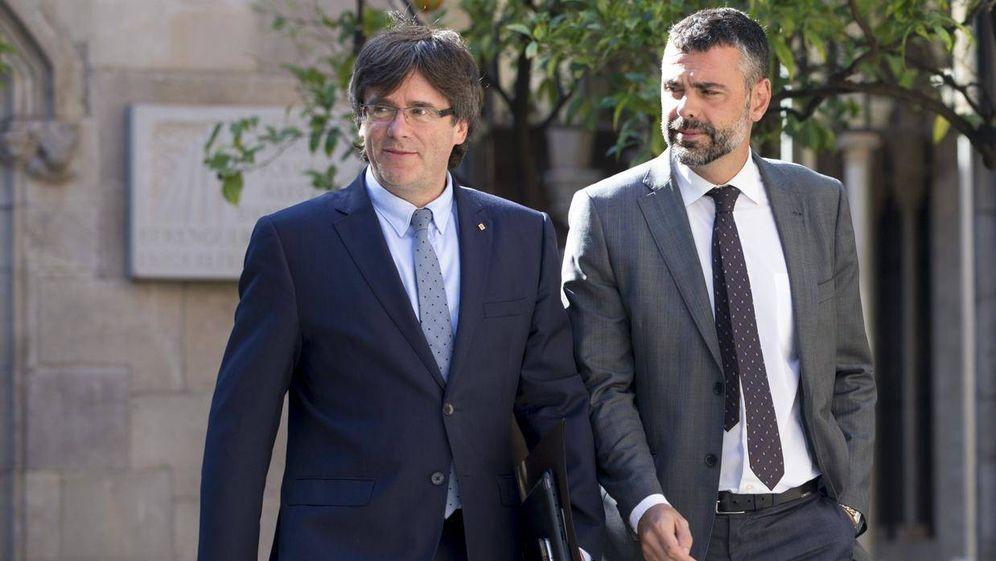 Foto: El expresident Carles Puigdemont y el 'exconseller' de Empresa Santi Vila. (EFE)