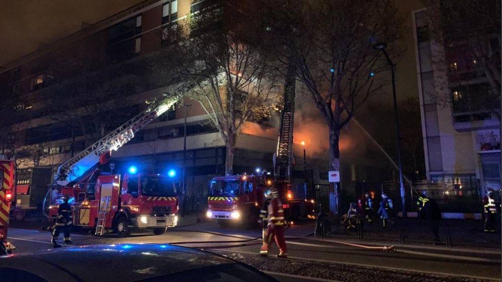 Foto: Momento en el que los bomberos tratan de extinguir el incendio. (Infos Français)