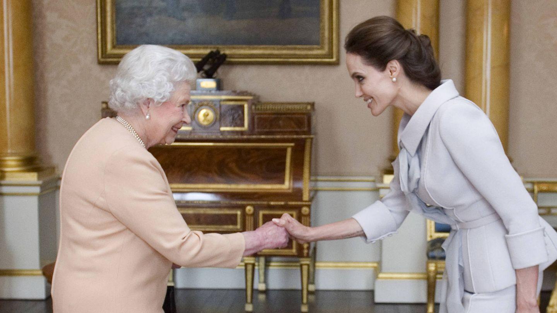 La actriz, en una audiencia con Isabel II. (Getty)