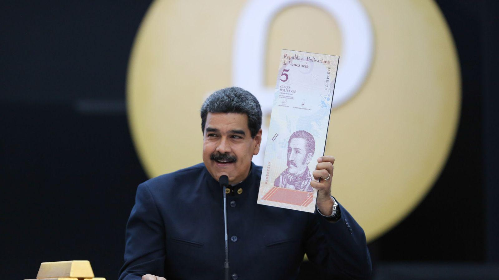 Foto: Nicolás Maduro quien muestra una imagen de un billete en una rueda de prensa, el 22 de marzo de 2018, en Caracas. (EFE)