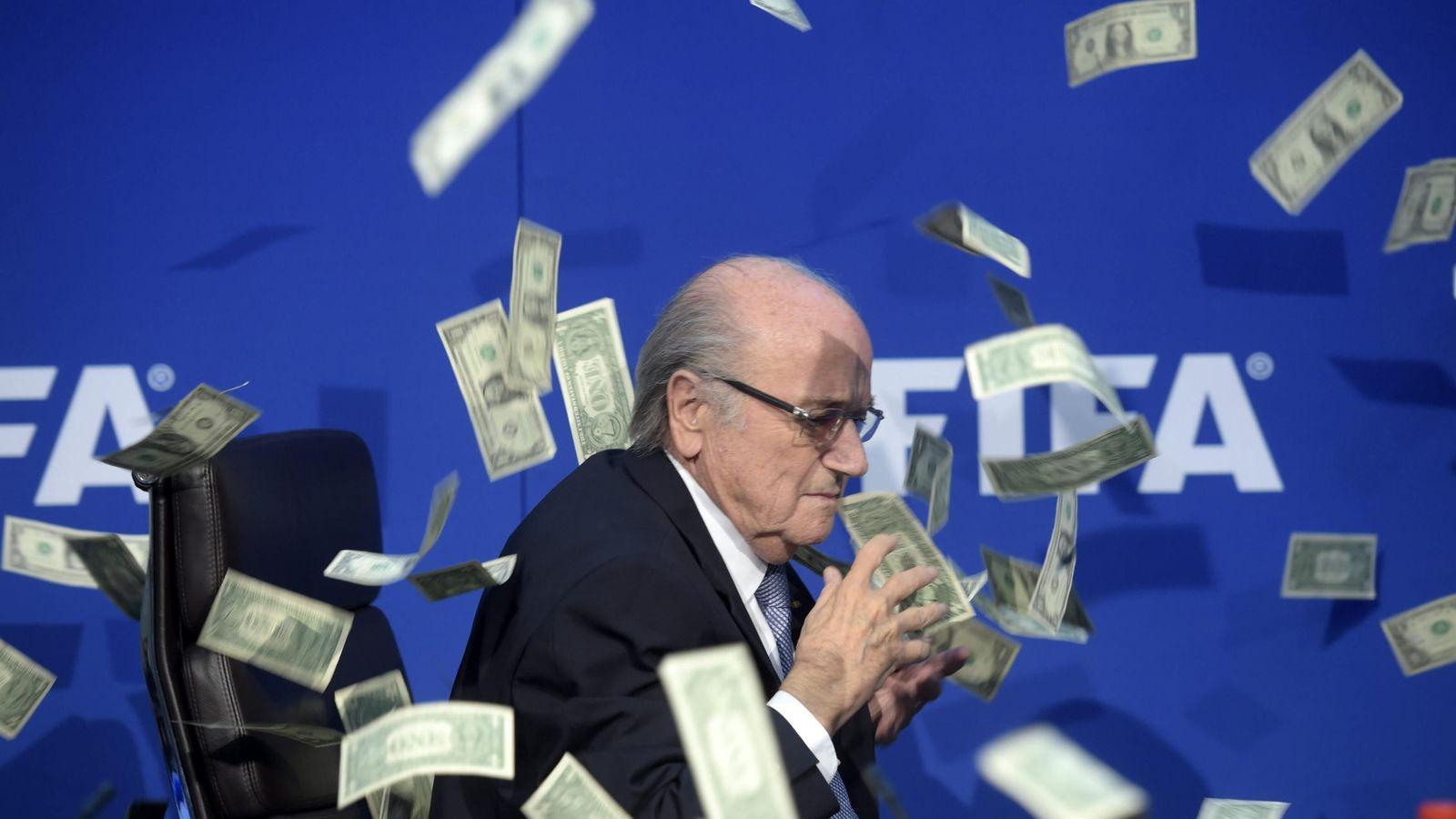 Foto: Blatter, en el momento en que le lanzaron los billetes (Efe)