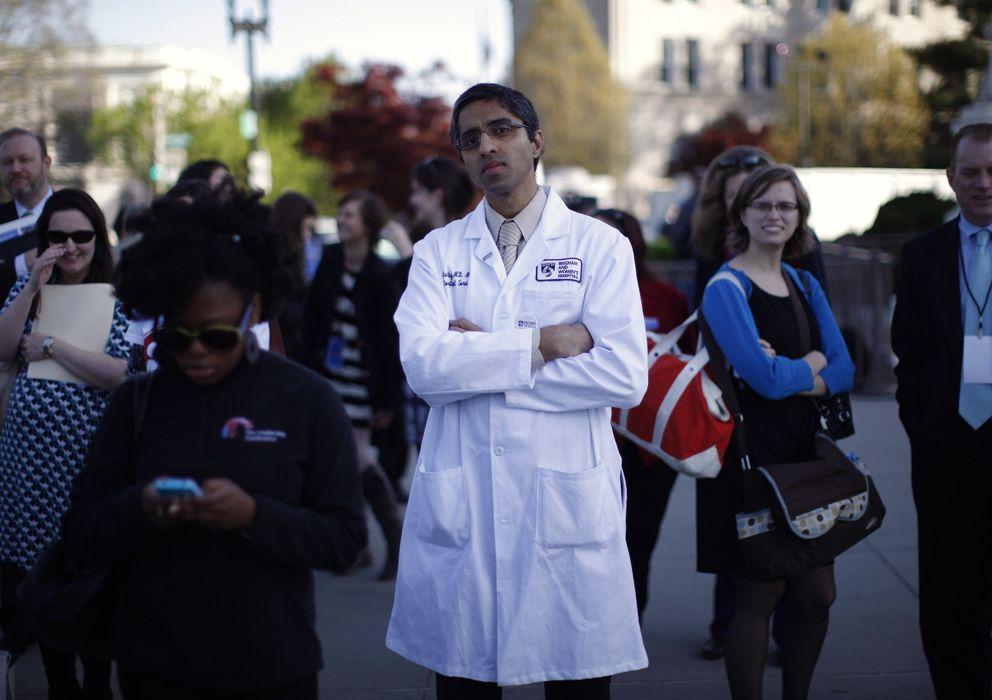 Foto: El doctor V. Murthy y otros ciudadanos esperan ante el Tribunal Supremo de Washington la resolución sobre la Ley del Cuidado de Salud a Bajo Precio. (Reuters)