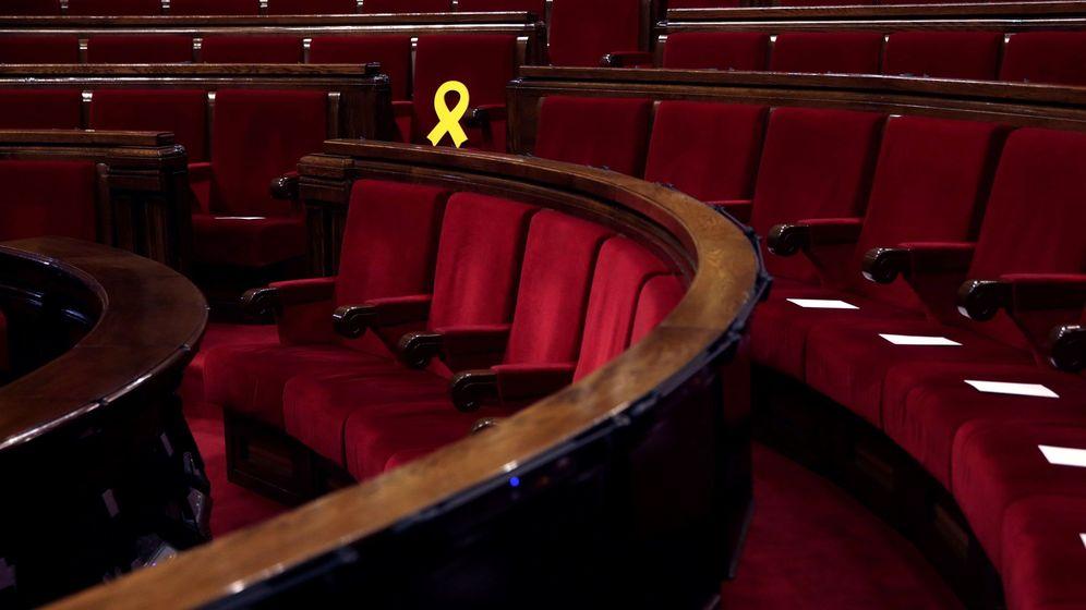 Foto: Vista lateral de los escaños del Parlament. (EFE)