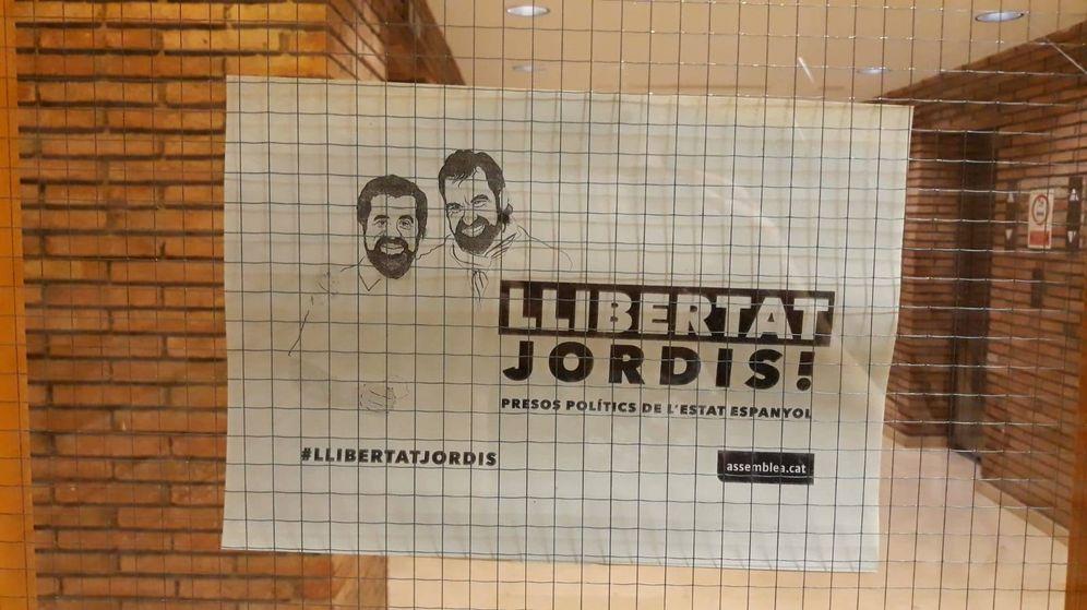 Foto: Carteles reclamando la libertad para los Jordis. (EFE)
