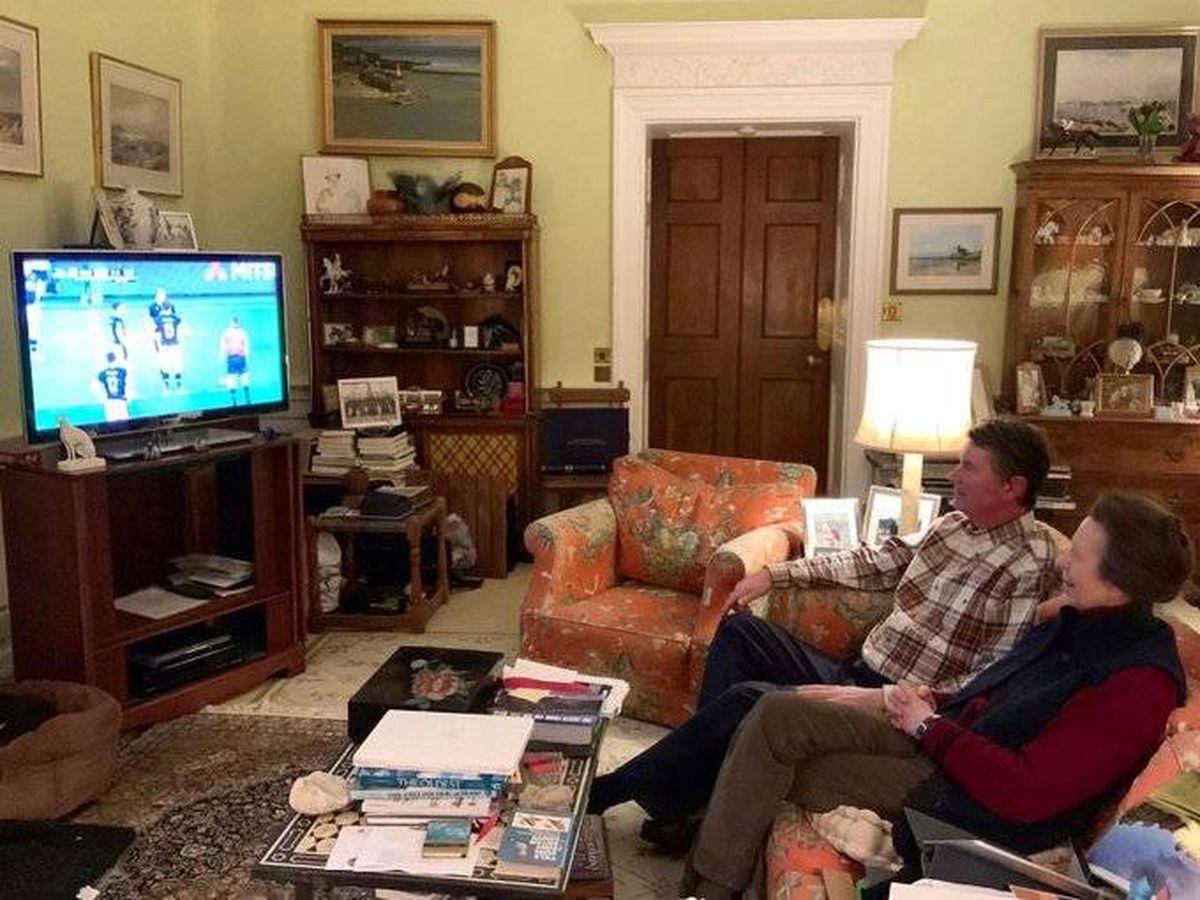 Foto: La princesa Ana y su marido en su sala de estar. (IG)