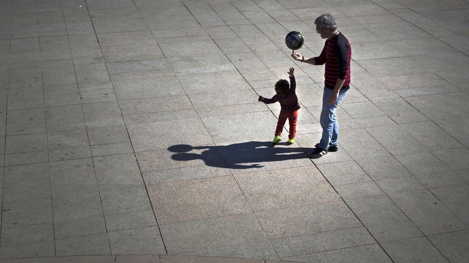 Foto: Un padre juega con sus hijos en la Plaza del Castillo de Pamplona. (EFE)
