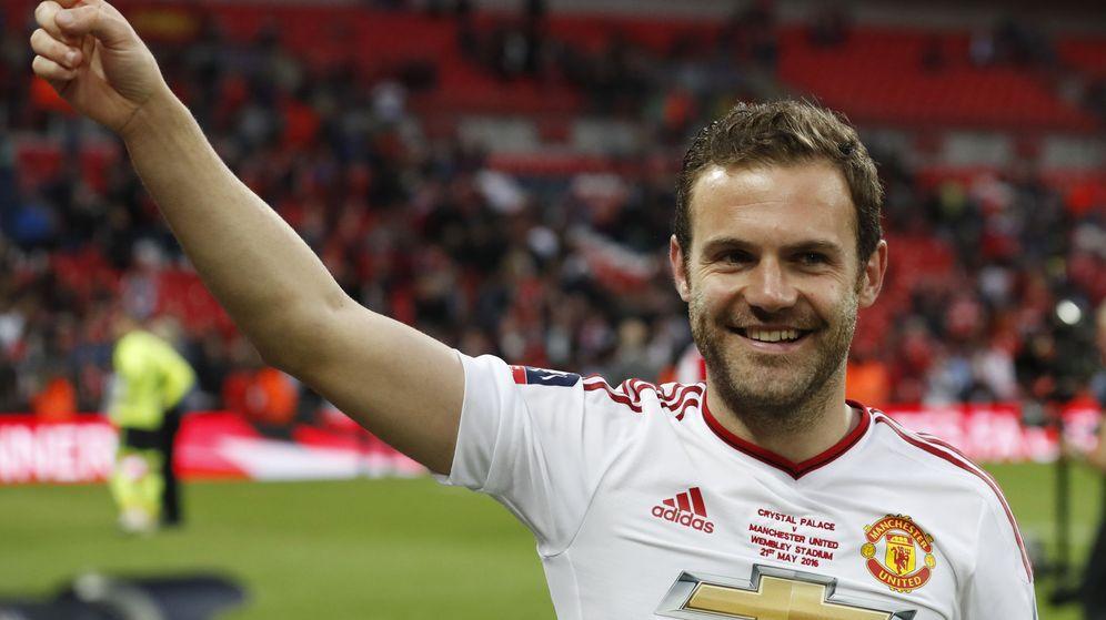 Foto: Juan Mata celebra la FA Cup ganada por el Manchester United. (Reuters)