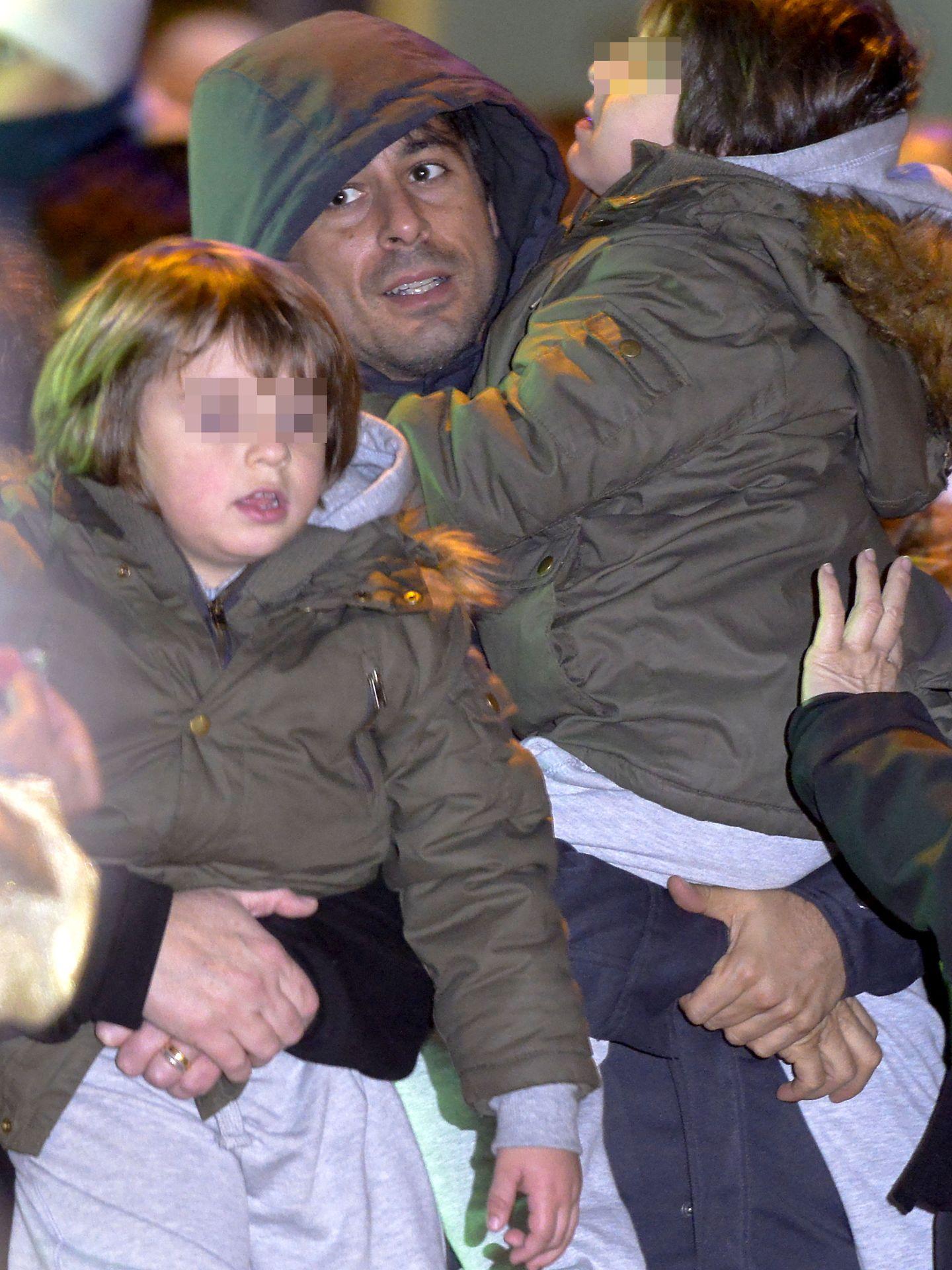 El actor Hugo Silva, junto a sus dos hijos (Gtres)