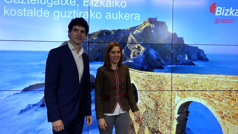 Unai Rementeria, diputado general de Vizcaya, y Elena Unzueta, responsable de Sostenibilidad y Medio Natural, presentan el plan turístico y económico para Gaztelugatxe. (EC)