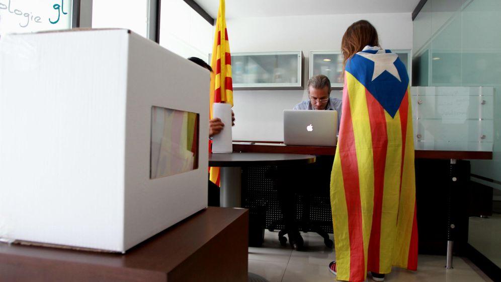 Foto: Una catalana con una estelada sobre los hombros vota la consulta del 9 de noviembre de 2014. (Efe)