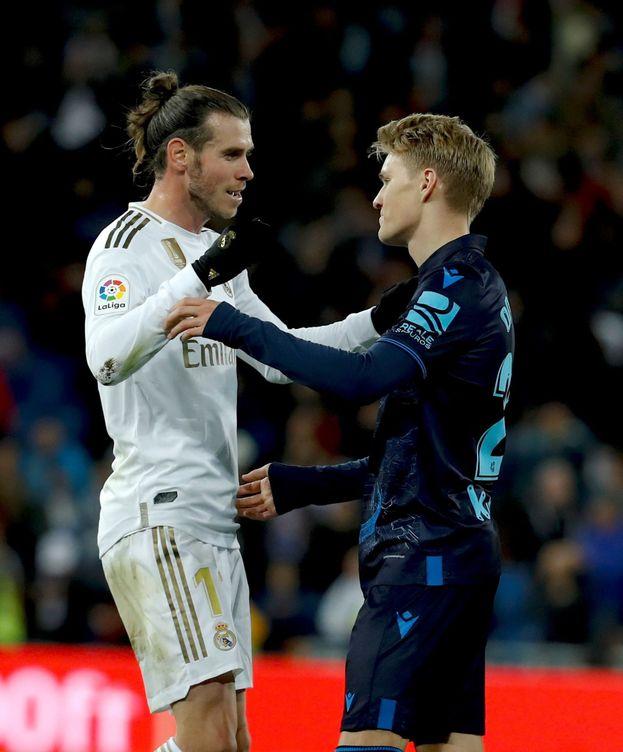 Foto: Martin Odegaard y Gareth Bale se saludan en el partido disputado en el Bernabéu. (Efe)