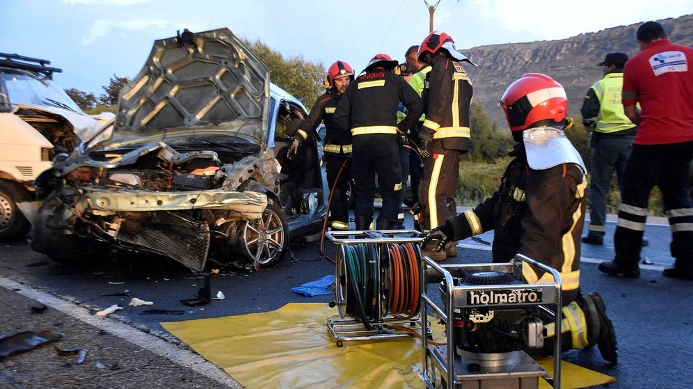 Foto: Los bomberos trabajan tras un accidente. (EFE)