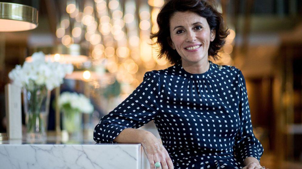 Foto: La autora, con el modelo de Massimo Dutti. (EFE)