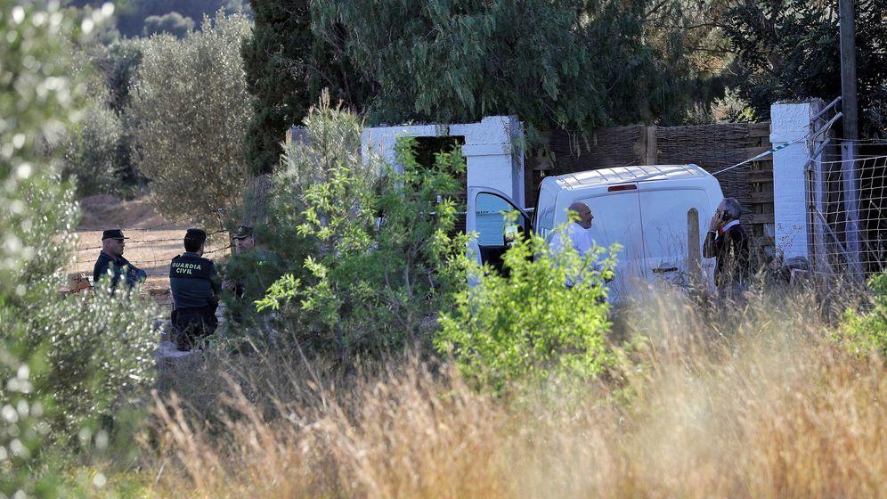 Foto: El dispositivo montado por la Guardia Civil, junto a la casa de los menores desaparecidos, entre Godella y Rocafort. (EFE)