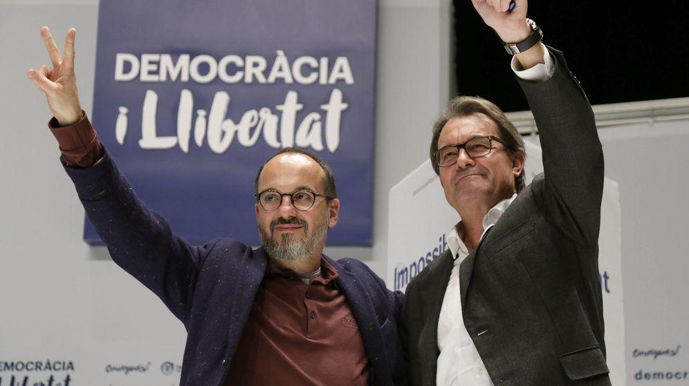 Foto: El número dos de Democràcia i Llibertat (DiL) por Barcelona, Carles Campuzano, y el presidente en funciones de la Generalitat, Artur Mas, durante un mitin del partido. (Efe)