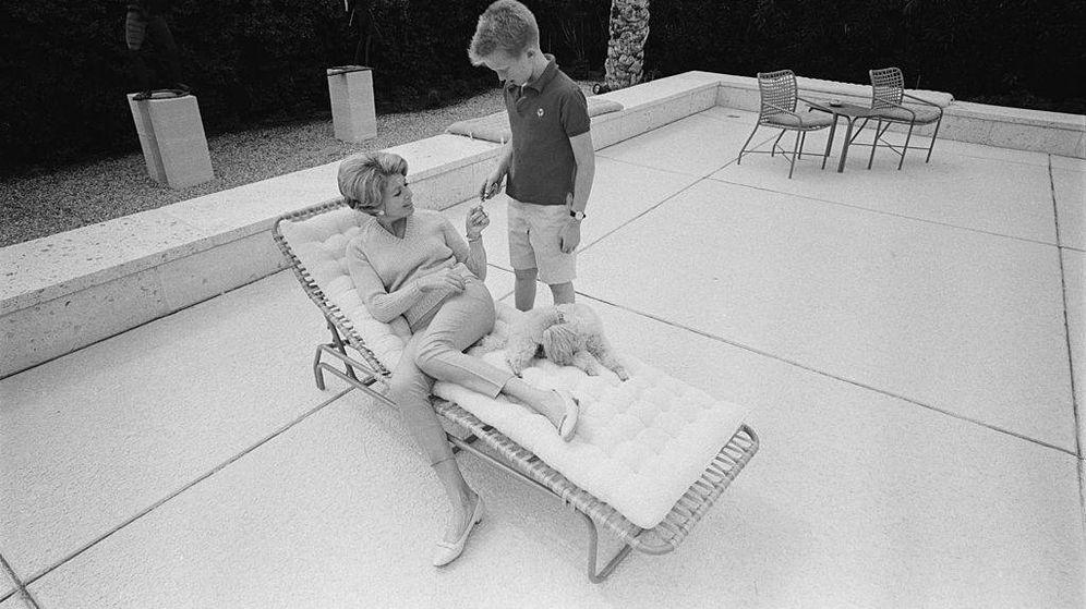 Foto: Anne Douglas, con su hijo Eric, en su infancia. (Getty)