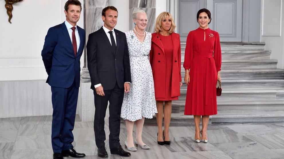 Todo al 'rojo Letizia': Brigitte Macron y Mary de Dinamarca coinciden en el primer duelo