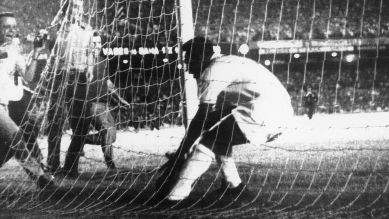Pelé celebra su gol 1000. (Getty)