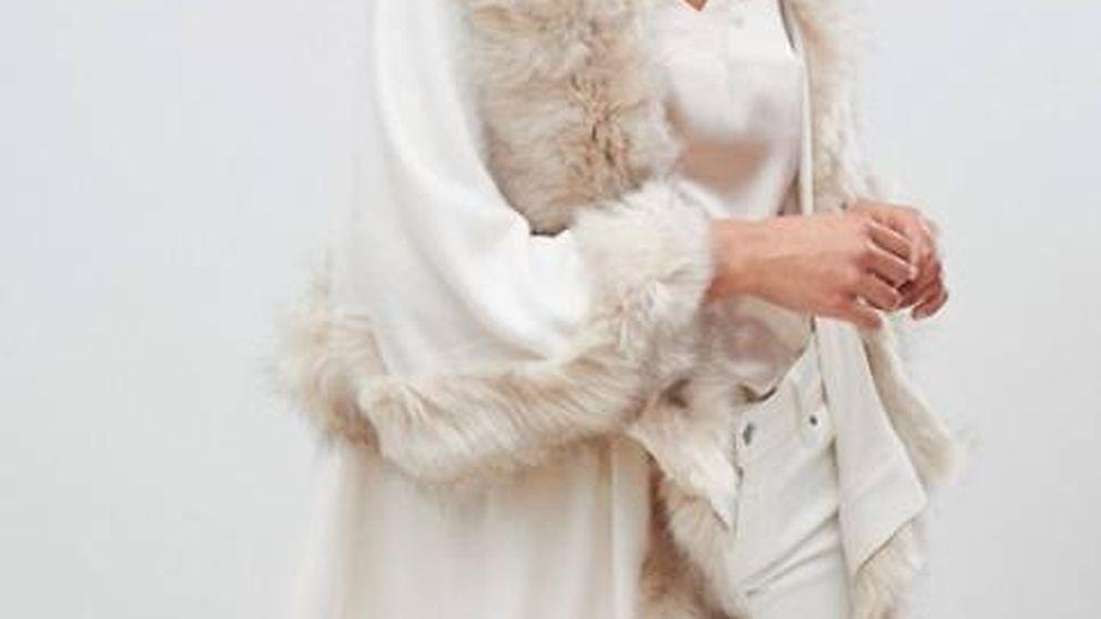 Serás la invitada perfecta de los eventos de invierno con este poncho blanco superelegante de Asos