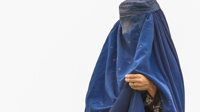 Una mujer con burka es vista en un campo de refugiados en Kabul. (EFE)